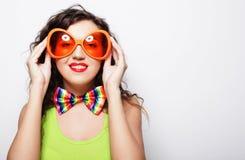 Mujer divertida joven con las gafas de sol anaranjadas grandes Fotos de archivo libres de regalías