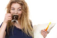 Mujer divertida que es último café de consumición Imagen de archivo libre de regalías