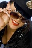 Mujer divertida que lleva un traje de la policía Foto de archivo libre de regalías