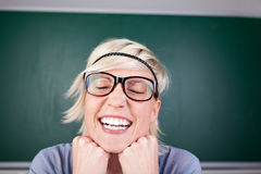 Mujer divertida que ríe contra la pizarra Imágenes de archivo libres de regalías