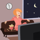 Mujer divertida que se sienta en el sofá con la historieta de las palomitas Fotos de archivo libres de regalías