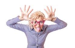Mujer divertida que tira de una cara y que se pega la lengua hacia fuera Imagen de archivo libre de regalías