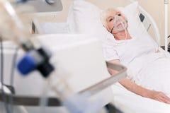 Mujer dolorida vulnerable que siente mejor después de un movimiento imagen de archivo