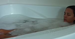 Mujer dormida en baño almacen de video