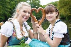 Mujer dos con el pretzel Fotografía de archivo libre de regalías
