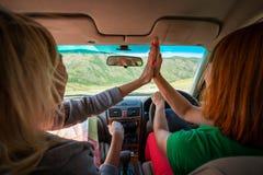 Mujer dos dentro de la conducción de automóviles imágenes de archivo libres de regalías