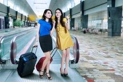 Mujer dos en aeropuerto Foto de archivo