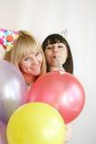 Mujer dos que celebra cumpleaños Imagen de archivo libre de regalías