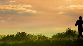 Mujer dos que corre en la puesta del sol almacen de video