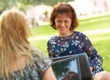 Mujer dos que trabaja al aire libre Imágenes de archivo libres de regalías