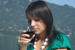 Mujer driking un poco de vino Imagen de archivo libre de regalías