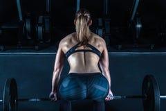 Mujer dura del entrenamiento del gimnasio Fotos de archivo libres de regalías