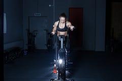 Mujer dura del entrenamiento del gimnasio Fotografía de archivo libre de regalías