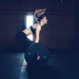 Mujer dura del entrenamiento del gimnasio Foto de archivo