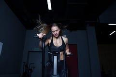 Mujer dura del entrenamiento del gimnasio Imagen de archivo