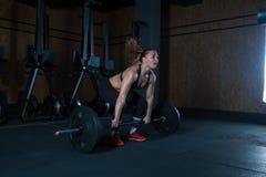 Mujer dura del entrenamiento del gimnasio Fotos de archivo