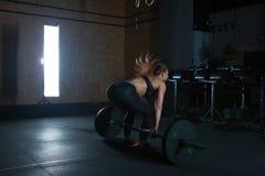Mujer dura del entrenamiento del gimnasio Imagenes de archivo