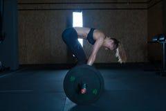 Mujer dura del entrenamiento del gimnasio Foto de archivo libre de regalías