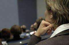 Mujer durante conferencia fotografía de archivo libre de regalías