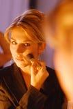 Mujer durante el maquillaje foto de archivo libre de regalías