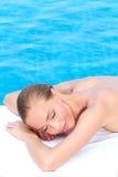Mujer durante el tratamiento del balneario al lado de la piscina Fotos de archivo libres de regalías