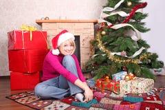 Mujer durante los regalos de Navidad que desgastan santa ha Fotos de archivo libres de regalías