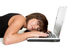 Mujer durmiente de la computadora portátil Foto de archivo