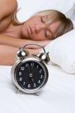 Mujer durmiente del reloj foto de archivo libre de regalías