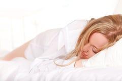 Mujer durmiente en cama Fotografía de archivo