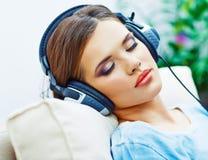 Mujer durmiente en casa con los auriculares Fotografía de archivo