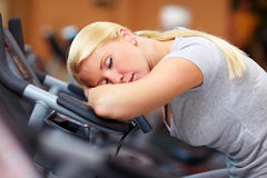 Mujer durmiente en gimnasia Fotografía de archivo