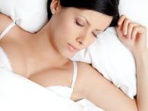 Mujer durmiente en la cama suave Imágenes de archivo libres de regalías