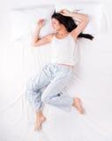 Mujer durmiente en la posición libre de la caída foto de archivo