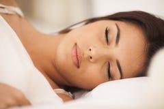 Mujer durmiente joven Imagenes de archivo