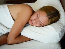 Mujer durmiente joven Fotos de archivo libres de regalías