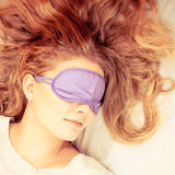 Mujer durmiente que lleva la máscara con los ojos vendados del sueño Imagenes de archivo