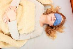 Mujer durmiente que lleva la máscara con los ojos vendados del sueño Imagen de archivo
