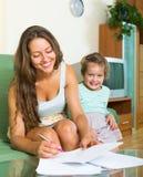 Mujer e hija alegres Foto de archivo libre de regalías