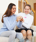 Mujer e hija maduras con la prueba de embarazo Imagen de archivo