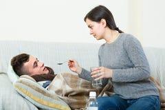 Mujer e hijo adolescente enfermo en casa Foto de archivo