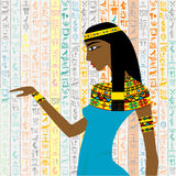 Mujer egipcia antigua sobre un fondo con el hieroglyp egipcio Foto de archivo libre de regalías