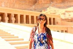 Mujer egipcia en el templo de Thutmose - Luxor, Egipto imagen de archivo libre de regalías