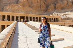 Mujer egipcia en el templo de Thutmose - Luxor, Egipto imagenes de archivo