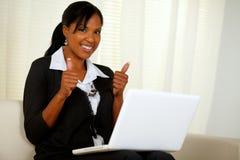 Mujer ejecutiva joven que hojea el Internet Foto de archivo libre de regalías