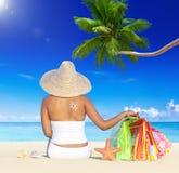 Mujer el día de fiesta por la playa con los panieres Imagenes de archivo