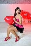 Mujer el día de tarjeta del día de San Valentín con los globos rojos Imagen de archivo libre de regalías