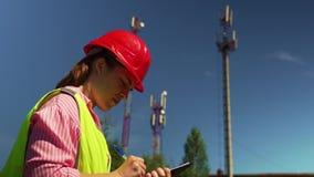 Mujer el ingeniero jefe Saw Documents almacen de video