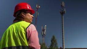 Mujer el ingeniero jefe Saw Documents almacen de metraje de vídeo