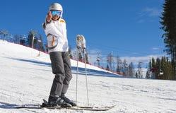 Mujer el vacaciones del esquí Fotos de archivo