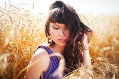 Mujer el viento en su pelo en un campo de trigo Fotografía de archivo